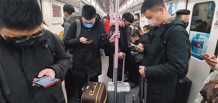 우한 기차역 가는 지하철 - 22일(현지 시각) 중국 후베이(湖北)성 우한(武漢)시 한커우역으로 가는 지하철 안에서 귀향객 대부분이 마스크를 착용하고 있다. 우한 폐렴 감염자가 늘면서 우한 시민들의 감염 공포도 커지고 있다. 이날 우한 폐렴의 진원지인 우한 화난(華南) 도매시장은 통제돼 사람들의 접근이 금지됐고, 대형 쇼핑몰에도 손님들의 발길이 끊겨 한산한 모습이었다.