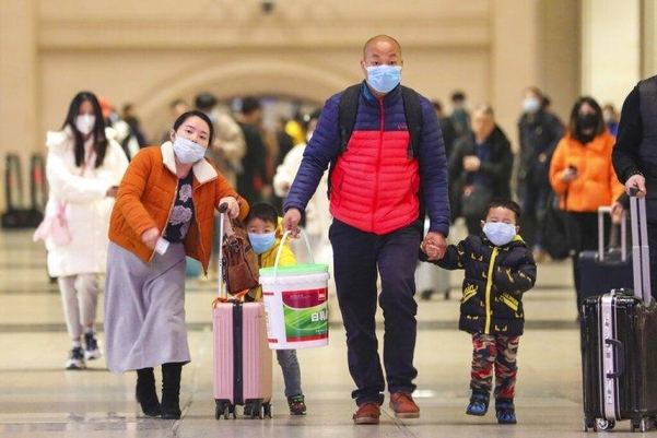 우한 한구 기차역에 사람들이 마스크를 쓰고 있다./AP