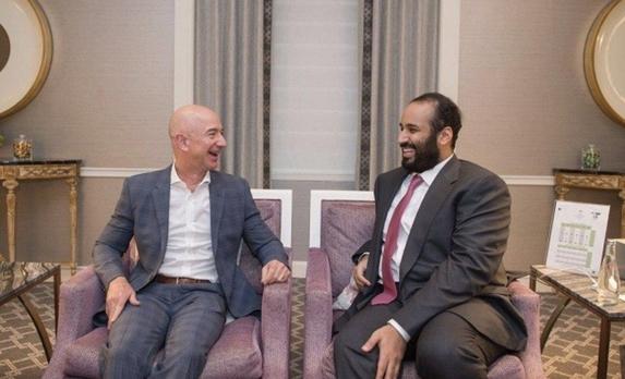 2018년 3월 30일 미국 시애틀에서 제프 베이조스 아마존 창업주(왼쪽)와 무함마드 빈 살만 사우디아라비아 왕세자가 편한 차림으로 만나 대화하고 있다. /사우디 프레스 에이전시 홈페이지