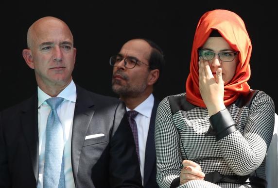 지난 10월 2일 터키 이스탄불에서 열린 언론인 자말 카슈끄지 피살 1주기 추도식에서 제프 베이조스 아마존 창업주(왼쪽)가 카슈끄지의 약혼녀 하티제 젠기즈와 함께 추모하고 있다. /EPA연합뉴스