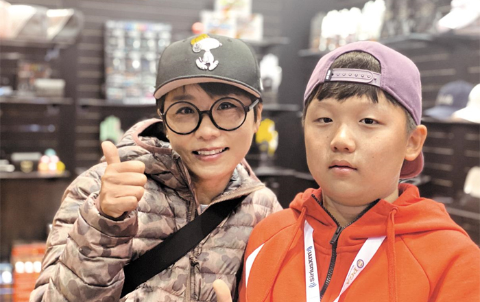 '땅콩 골퍼' 김미현(왼쪽)이 엄마를 따라 골프 선수가 되고 싶다는 꿈을 지닌 초등학교 4학년 아들 이예성군과 23일 미국 올랜도 PGA쇼 전시관에서 포즈를 취했다.