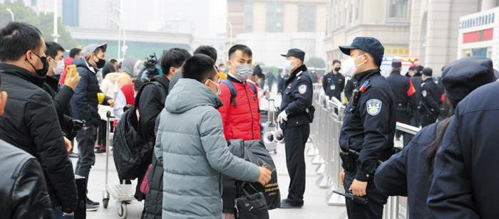 """""""고향 못간다니…"""" 짐 싸들고 나온 귀성객들 발동동 - 23일 잠정 폐쇄된 중국 후베이성 우한 한커우 기차역의 광장을 시민들이 가득 메우고 있다. 철제 펜스를 이중으로 쳐 놓은 직원과 역을 찾은 시민 모두 마스크를 쓰고 있다."""