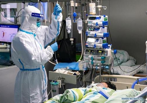 중국 후베이성 우한의 우한대 중난병원 중환자실에서 의료진이 신형 코로나바이러스 감염 환자를 치료하고 있다. /중국 신화사