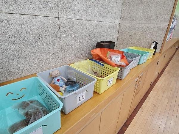 '반려견 쉼터'가 운영되는 강당 한켠 물품함에 반려견들이 좋아하는 간식, 장난감 등이 담겨있다./권유정 기자