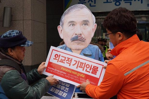 한 좌파 단체 회원들이 22일 부산 미국 영사관 앞에서 기자회견을 열고 해리 해리스 주한 미국 대사의 추방을 촉구하는 퍼포먼스를 하고 있다./연합뉴스