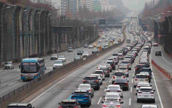 설날인 25일 오후 서울 서초구 잠원IC 일대에서 바라본 경부고속도로 하행선에 차량이 줄지어 서 있다. /연합뉴스