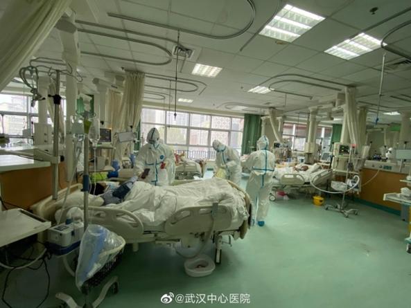 25일 우한 중앙병원에서 의료진이 우한 폐렴 확진 환자들을 진료하고 있다. /로이터연합뉴스