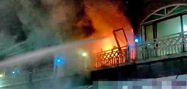 난 25일 밤 강원 동해시의 한 펜션에서 가스 폭발로 추정되는 사고가 발생했다. 사진은 사고 당시 소방당국이 진화작업을 벌이는 모습. /강원도소방본부 제공