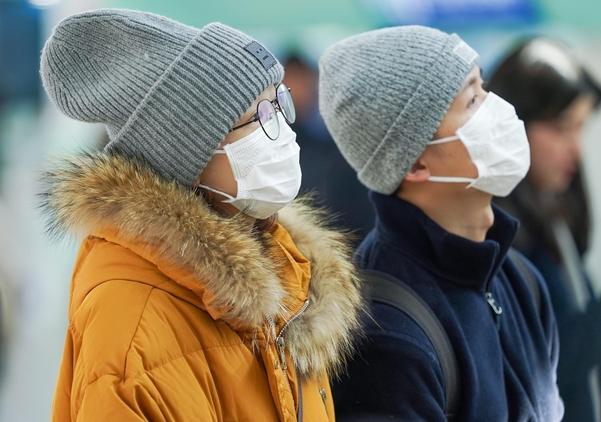 국내에서 세 번째 우한 폐렴 확진 환자가 발생한 26일 서울역에서 마스크를 쓴 외국인 관광객들이 열차 시간표를 확인하고 있다./연합뉴스