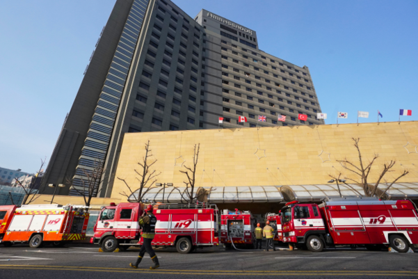 26일 오전 건물 지하에서 화재가 발생한 서울 중구 장충동 그랜드 앰배서더 호텔 앞으로 출동한 소방차들이 줄지어 서 있다. /연합뉴스