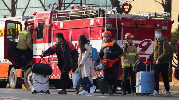 26일 오전 건물 지하에서 화재가 발생한 서울 중구 장충동 그랜드 앰배서더 호텔에서 투숙객들이 건물을 나서고 있다. /연합뉴스