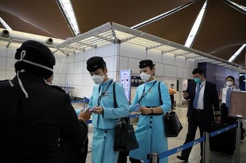 27일 말레이시아 쿠알라룸푸르의 공항에서 승무원들이 마스크를 쓰고 이동하고 있다. /로이터 연합뉴스