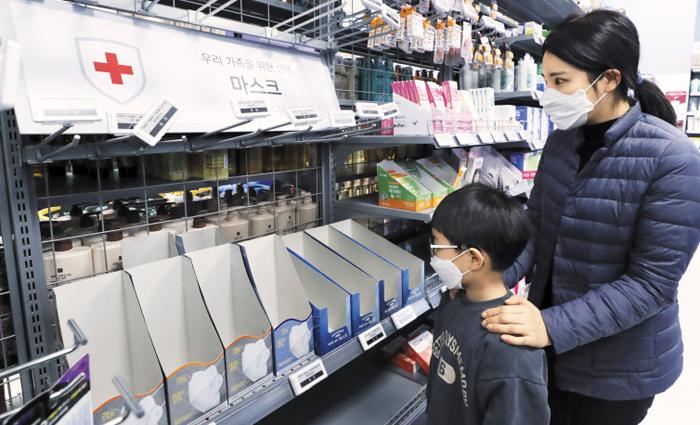 텅 빈 마스크 판매대 - 국내에서 4번째 우한 폐렴 확진 환자가 나온 27일 서울의 한 대형마트에선 마스크가 품절돼 판매대가 텅 비어 있다. 의료계 전문가들은 마스크 착용과 손 씻기, 기침을 할 때 고개를 팔꿈치 안쪽으로 돌리는 에티켓 등으로 신종 코로나 바이러스를 예방할 수 있다고 조언했다.