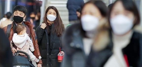 26일 서울역에서 마스크를 쓴 가족이 열차 플랫폼으로 이동하고 있다. /연합뉴스