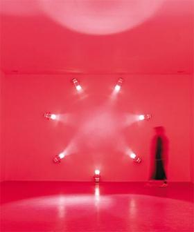 안개와 빛을 활용하는 영국 작가 앤 베로니카 얀센스의 설치작 'Rose'.