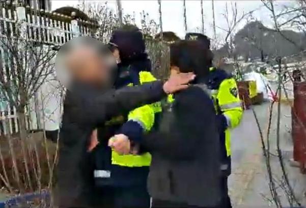 29일 오후 1시 55분쯤 서울 종로구 정부서울청사 앞에서 탈북단체 회원 이모(46·오른쪽)씨가 A씨에게 폭행을 당하고 있다. /독자제공