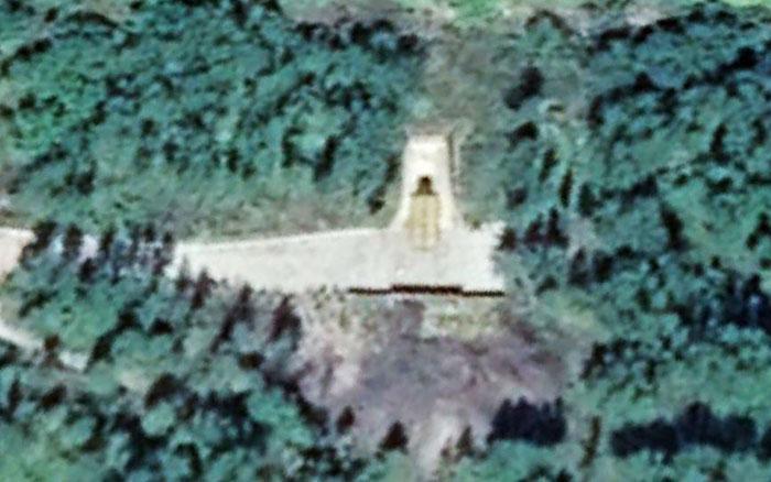 북한이 북·중 국경 지역인 양강도 지역에 건설한 대형 터널 입구에 미사일 발사관을 닮은 원통형 물체 2개가 보인다.