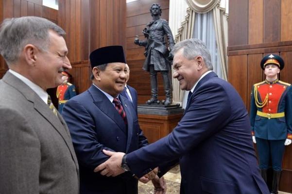 프라보워 수비안토(가운데) 인도네시아 국방부 장관은 지난 28일 러시아 모스크바를 방문해 전투기 구매 계약을 논의했다./주러시아인도네시아대사관 제공
