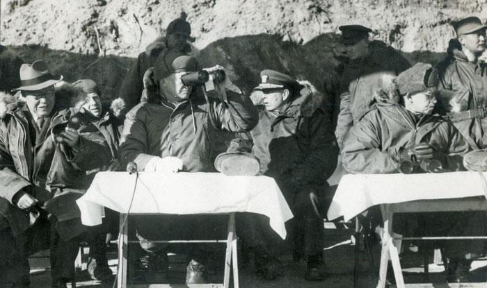 1952년 12월 4일 경기도 광릉 수도사단에서 아이젠하워(앞줄 왼쪽에서 둘째) 당시 미 대통령 당선자가 망원경으로 기갑부대 기동, 포 사격 훈련을 참관하는 모습. 앞줄 왼쪽은 이승만 대통령이고, 백선엽 장군은 오른쪽 끝에 서 있다.