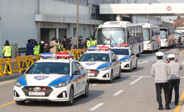 우한 교민들이 탑승한 전세기가 도착한 31일 오전 8시쯤 서울 강서구 김포공항 비즈니스항공센터(SGBAC) A게이트 앞의 모습. 구급차량 10여대가 들어서고 있다. /정민하 기자