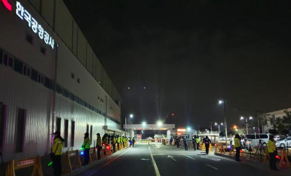 우한 교민들이 탑승한 전세기가 도착한 31일 오전 8시쯤 서울 강서구 김포공항 비즈니스항공센터(SGBAC) A게이트 앞의 모습. 격리생활시설이 위치한 충남 아산과 충북 진천 관할 순찰차들 약 20대가 모여 있다. /정민하 기자