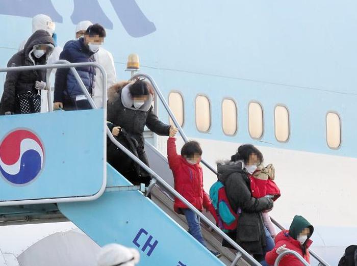 아이 손잡고 입국, 우한 교민들 안도의 한숨 - 31일 오전 8시쯤 중국 후베이성 우한에서 전세기 편으로 귀국한 교민들이 김포공항에 내리고 있다. 정부는 30·31일 이틀 동안 전세기를 두 편씩 띄워 우한과 인근 지역에 사는 교민 720명을 데려올 계획이었다. 그러나 중국과 협상이 뜻대로 이뤄지지 않으면서 하루 늦은 31일에야 전세기 1편을 통해 1차로 368명이 귀국하게 됐다. 이날 귀국한 교민 중 18명은 발열 등 증세가 있어 곧바로 병원에 격리됐다.