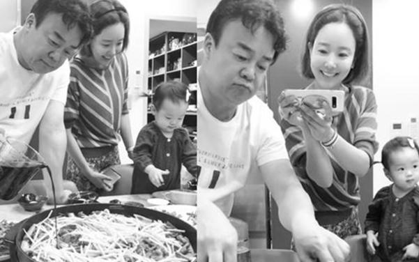 가족을 위해 요리할 때 그의 행복은 최고조에 달한다.