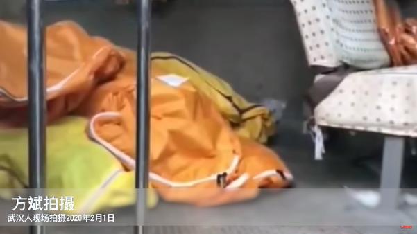 지난 1일 중국 누리꾼 팡빈(方斌)씨가 촬영한 영상. 우한 제5병원 입구에 주차된 승합차 안에 시신 자루 8개가 놓여 있다. /유튜브 캡처
