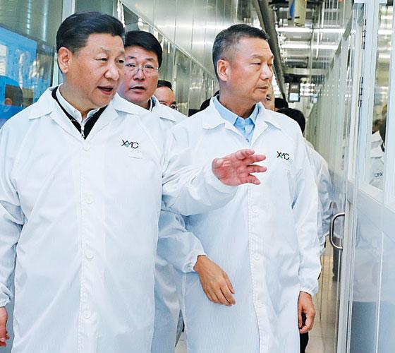 지난 2018년 4월 시진핑(왼쪽) 중국 국가주석이 우한의 반도체 기업 XMC를 방문했을 때의 모습.