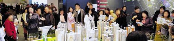 지난해 12월 광주광역시 '광주 계림 아이파크 SK뷰' 모델하우스에서 관람객들이 견본주택 모형을 살펴보고 있다.