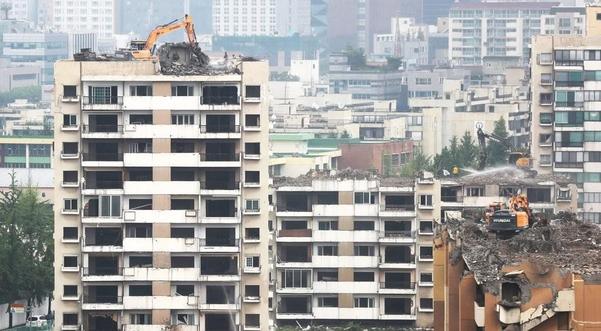 재건축을 추진 중인 서울 강동구 둔촌주공아파트에서 지난해 8월 12일 철거공사가 진행되고 있다. /연합뉴스