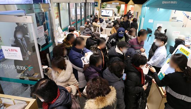 """이 불황에 이자 8만원이 어디냐"""" 은행이 미어터졌다 - Chosunbiz > 금융"""