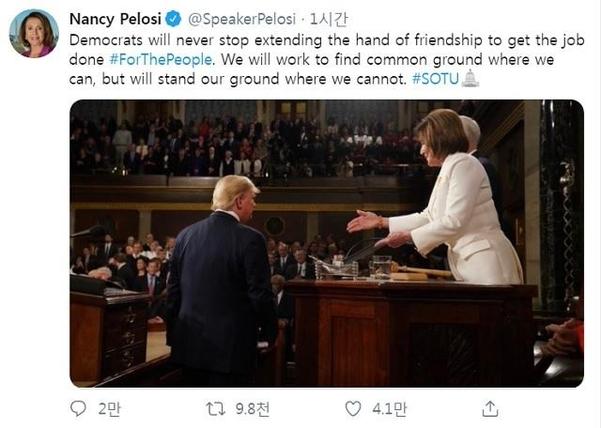 낸시 펠로시 하원의장 공식 트위터에서 4일 트럼프 대통령의 국정연설 중 그가 악수를 거부하는 모습이 업로드됐다. /낸시 펠로시 의장 공식 트위터 캡처.