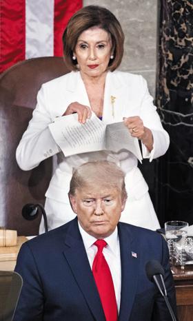 트럼프가 악수 거부하자… 트럼프 연설문 찢은 펠로시 - 4일(현지 시각) 미국 워싱턴 DC 의회에서 도널드 트럼프 대통령이 새해 국정연설을 마친 직후, 낸시 펠로시 미 하원의장이 트럼프 대통령의 연설 원고를 찢고 있다. 이날 두 사람은 계속해서 신경전을 벌였다. 국정연설 전 트럼프 대통령은 펠로시 의장에게 연설 원고를 툭 던지듯 줬고, 펠로시가 악수를 청하자 무시하듯 등을 돌렸다. 트럼프 대통령에 대한 미 상원의 탄핵 심판 찬반 투표를 하루 앞두고 이뤄진 이날 국정연설은 미 정치권의 갈등을 적나라하게 보여줬다.