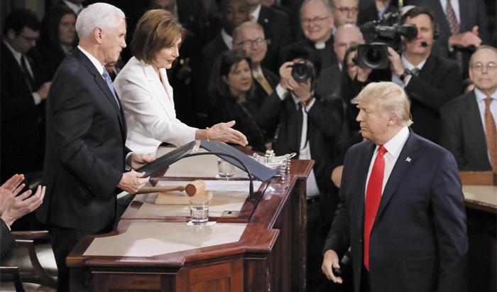 4일(현지 시각) 미국 워싱턴 DC 의사당에서 낸시 펠로시(가운데) 하원의장이 신년 연설 원고를 건넨 도널드 트럼프 대통령(오른쪽)에게 악수를 청하고 있다. 트럼프 대통령은 이를 못 본 체 외면했다. 맨 왼쪽은 마이크 펜스 미 부통령.