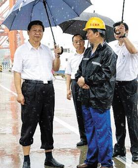우한을 산업기지로 키운 시진핑 - 우한은 시진핑 중국 국가주석이 미래 신산업 전초기지로 육성해왔지만 최근 우한 폐렴 사태로 상당한 타격을 받고 있다. 사진은 2013년 시 주석이 우한시 신항만 컨테이너 화물 부두를 시찰하는 모습.