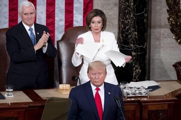 낸시 펠로시(뒷줄 오른쪽) 미국 하원의장이 도널드 트럼프(앞줄) 미국 대통령의 연설문을 찢어버리고 있다./EPA연합뉴스