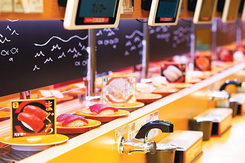 일본 최대 100엔 회전초밥 체인 '스시로'는 고객 주문과 초밥관리 공정을 IT(정보통신)기술로 자동화했다. 스시로에서는 각 고객 테이블마다 설치된 터치패널로 원하는 메뉴를 주문하면 주문한 메뉴가 회전 레일에 얹어져 각 고객 테이블까지 운반된다.