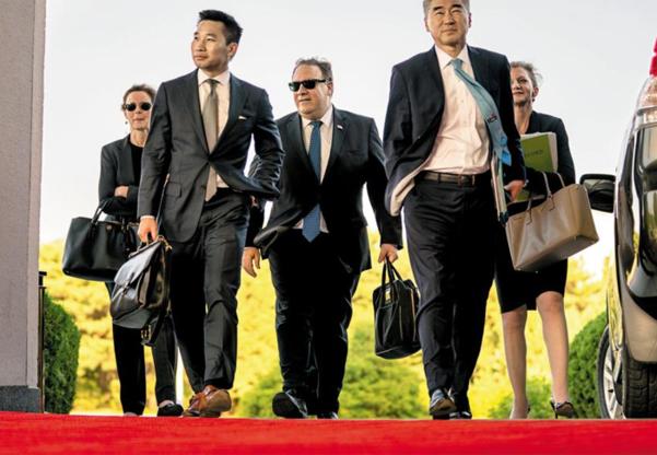 마이크 폼페이오(가운데) 미 국무장관과 성김(왼쪽에서 네번째) 주필리핀 미국대사, 알랙스 웡(왼쪽에서 두번째) 미 국무부 대북 특별부대표 등 미국 비핵화 협상팀이 2018년 7월 북한 평양 백화원 초대소 영빈관에 들어서고 있다./연합뉴스·AP