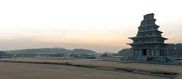 전북 익산 '국립익산박물관' 야외에 있는 미륵사지 석탑. 해 질 녘 풍광이 아름다워 일부러 시간 맞춰 방문하는 이들도 있다.