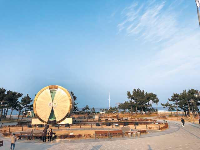 동해행 KTX가 연장 개통되면 가기 수월해지는 정동진역 부근의 '모래시계 공원'.