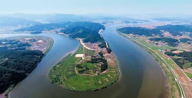 전남 나주-무안을 잇는 영산강 강변도로도 3월 개통된다. 사진은 나주 '느러지전망관람대'에서 본 한반도지형 마을.