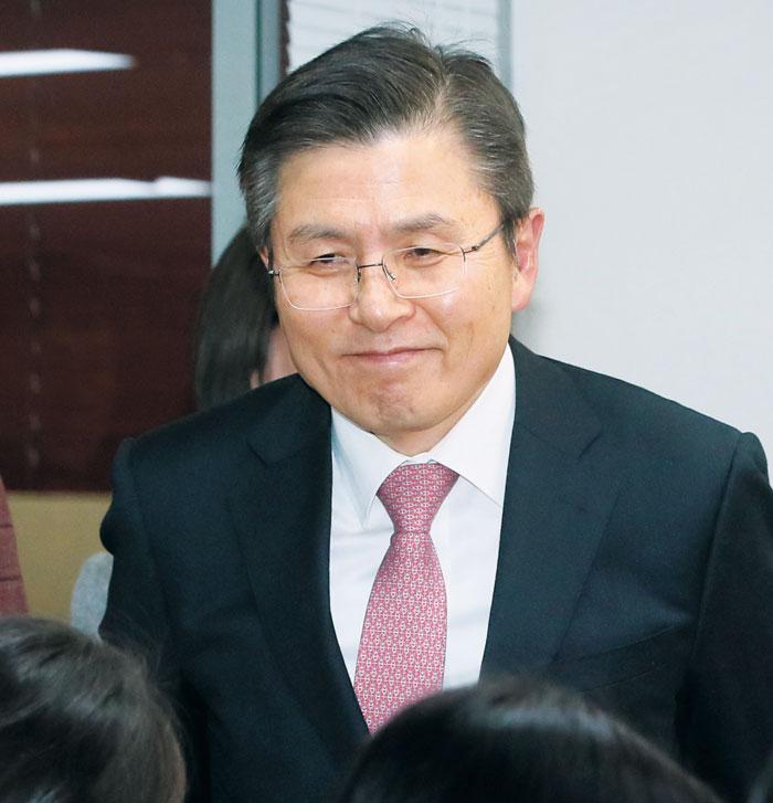 자유한국당 황교안 대표가 7일 4·15 총선 서울 종로 출마 선언을 위해 영등포 당사에 들어서고 있다.