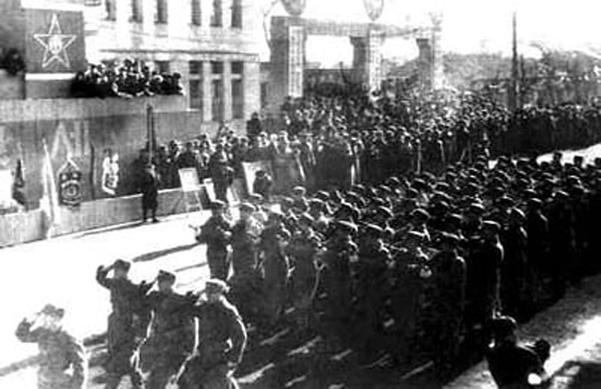 노동당 기관지 노동신문은 인민군 건군절 72주년인 8일 1948년 첫 열병식 때 일화를 자세히 보도했다. 사진은 도열한 북한 인민군 장병들의 모습./연합뉴스