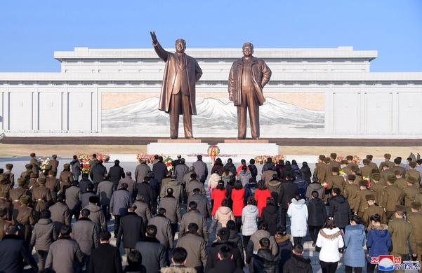 북한 조선중앙통신은 9일 건군절 72주년을 맞아 인민군 장병들과 근로자들,청소년 학생들이 평양 만수대언덕에 있는 김일성·김정일 동상을 찾아 헌화했다고 보도했다./연합뉴스·조선중앙통신
