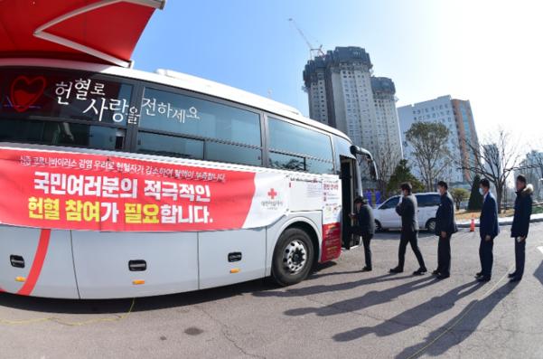 10일 오후 인천시 공무원들이 차례로 헌혈버스에 오르고 있다. /인천시 제공
