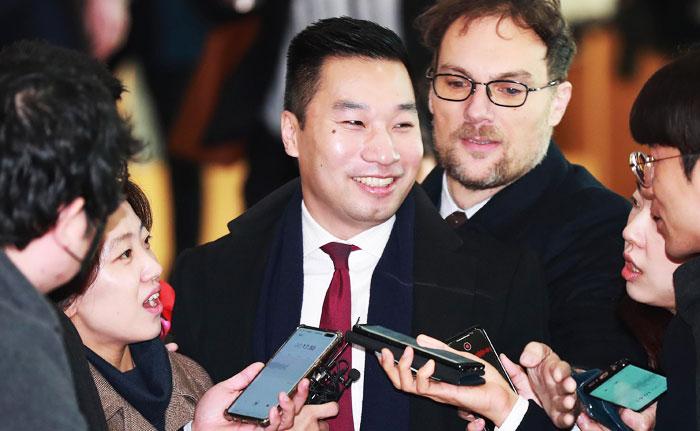 알렉스 웡(왼쪽에서 셋째) 미 국무부 대북특별부대표가 10일 이동렬 외교부 평화기획단장과 함께할 한·미 워킹그룹 회의에 참석하기 위해 서울 도렴동 외교부 청사에 들어오며 기자들과 얘기를 나누고 있다.