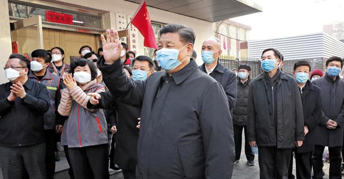 시진핑 중국 국가주석이 10일 수도 베이징에서 우한 폐렴 확진자가 가장 많이 나온 안화(安華)리 주민센터를 방문, 마스크를 쓴 채 주민들과 만나고 있다.