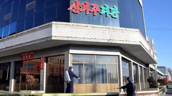 북한이 중국과 맞닿은 평안북도와 자강도에서 신종 코로나바이러스 감염증 방역에 집중하고 있다고 대외선전매체 '조선의오늘'이 지난 7일 전했다. 보건 부문 관계자들이 건물을 소독하고 있다./연합뉴스