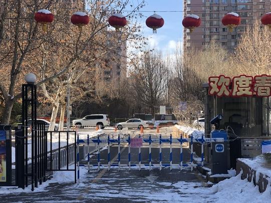 8일 베이징 차오양구의 한 아파트 출입구가 철조망이 쳐진 채 봉쇄돼 있다. 이 아파트는 신종 코로나바이러스 감염증 확산을 막기 위해 4개 문 가운데 3개 문을 폐쇄하고 사람들의 출입을 엄격하게 통제하고 있다. /연합뉴스
